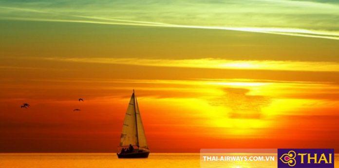 Ngắm hoàng hôn trên biển